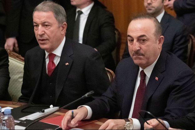 Les ministres turcs de la Défense et des Affaires étrangères, Hulusi Akar et Mevlut Cavusoglu.