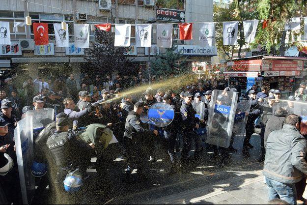 Des manifestations spontanées ont éclaté à Ankara.