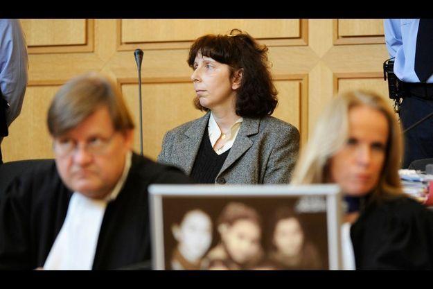 Le 19 décembre 2008, au palais de justice de Nivelles. Au premier plan, une photographie des enfants de l'accusée