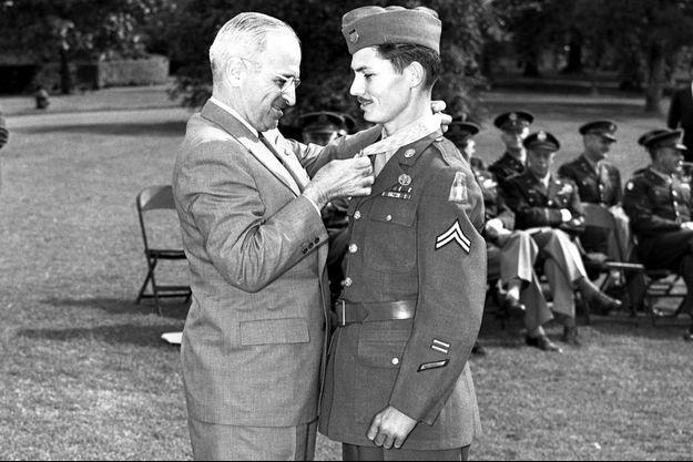 Le président Harry Truman remet la Médaille d'honneur à Desmond Doss, en octobre 1945.