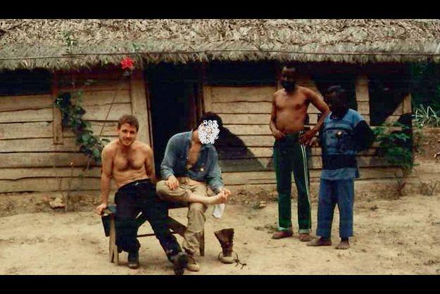 Thierry Jouan, à gauche, dans les années 80 avec les combattants du Flec, qui luttaient contre le régime marxiste de Luanda. Le visage de son collègue est volontairement effacé.