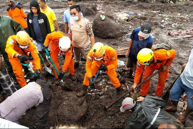Les secours tentent de retrouver des corps.