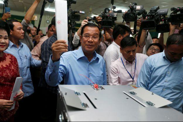 """Le Premier ministre Hun Sen (au centre) """"règne"""" sur le Cambodge depuis 33 ans."""