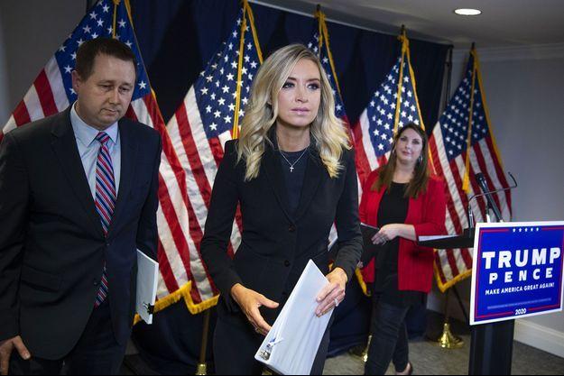 La porte-parole de la Maison-Blanche, Kayleigh McEnany (au centre), la présidente du comité national républicain (RNC) Ronna McDaniel (à dr.) et Matthew Morgan, l'avocat de la campagne Trump (à g.), lors d'une conférence de presse lundi.