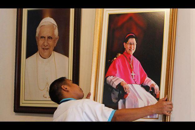 Le portrait du Cardinal Tagle est placé à côté de celui du Pape Benoit XVI, à Manille.