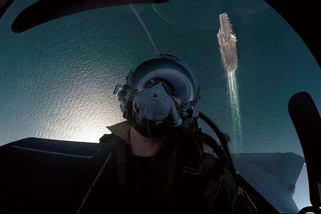 Vue sur le golfe Persique et le pont d'envol. Un selfie original pris par le pilote d'un Rafale M au retour d'une mission.