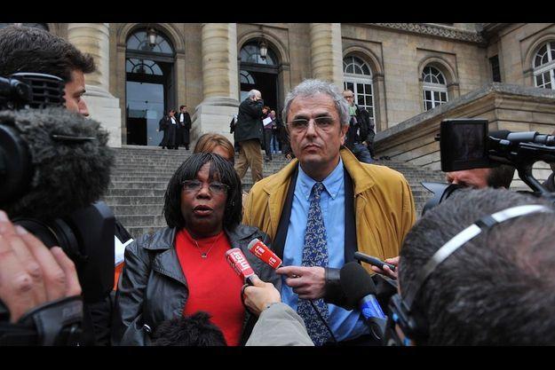 Osange et Bernard Kieffer, la femme et le frère de Guy-André, devant des journalistes en 2008.