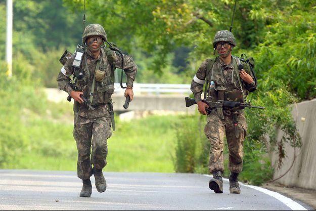 Deux soldats pendant la traque du soldat tueur, qui s'est achevée dimanche après-midi.