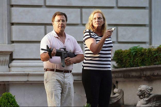 Mark et Patricia McCloskey devant leur domicile à St Louis, en juin 2020.