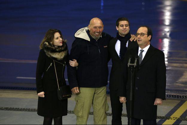 Serge Lazarevic, accueilli par François Hollande, goûte sa liberté retrouvée avec sa fille, Diane, et Clément, le fils de Philippe Verdon, enlevé en même temps que lui et assassiné. Aérodrome de Villacoublay, le 10 décembre.