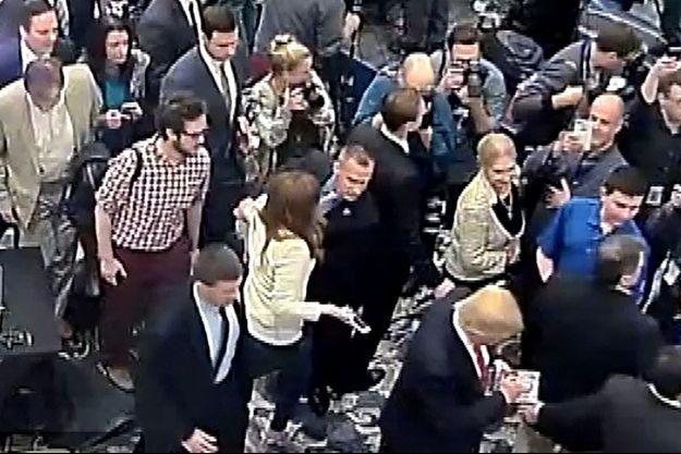 Extrait de la vidéo dans laquelle le directeur de campagne de Donald Trump agrippe une journaliste.