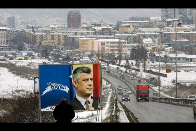 Une affiche du Premier ministre kosovar Hashim Thaçi, à Pristina