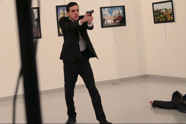 L'homme a tiré sur l'ambassadeur russe lundi à Ankara.
