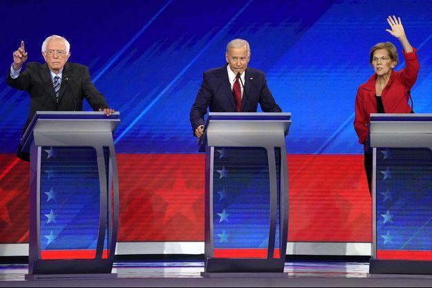 Joe Biden encadré de ses deux principaux rivaux, jeudi soir : Bernie Sanders et Elizabeth Warren.