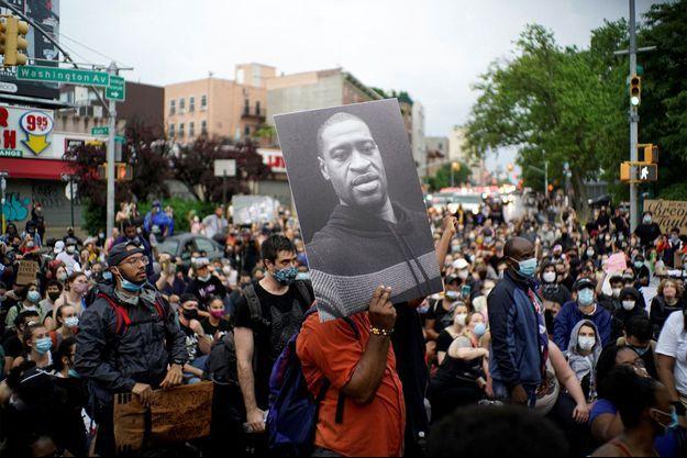 Une manifestation à New York, en hommage à George Floyd et dénonçant les violences policières et le racisme.