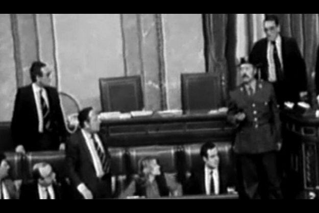 Le lieutenant-colonel Tejero, monté, pistolet au poing, à la tribune des Cortès, harangue les députés alors que les ministres sont faits prisonniers. Le suspense va durer dix-sept heures.