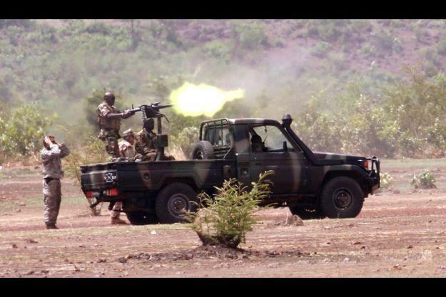 Mai 2010: un soldat des Forces Spéciales de l'armée américaine enseigne des techniques de combat à l'armée malienne près de Bamako, la capitale. Les Forces Spéciales américaines sont déployées dans le Sahara avec l'accord des Etats de la zone pour essayer d'enrayer l'avancée d'AQMI.
