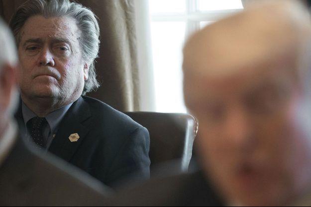 Steve Bannon, à gauche, derrière Donald Trump, à la Maison-blanche en mars dernier.