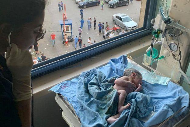 Le petit George est né mardi, en pleine explosion à Beyrouth.