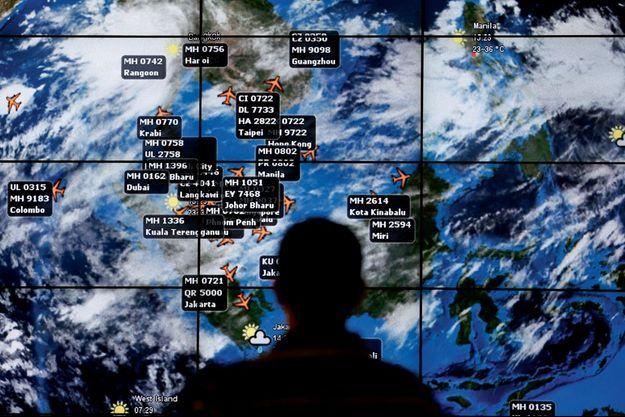 A l'aéroport de Kuala Lumpur, cet écran géant permet de suivre les informations météo ainsi que la position des différents vols. Le 8 mars, à 0 h 41, s'y affichait le MH370 à destination de Pékin.