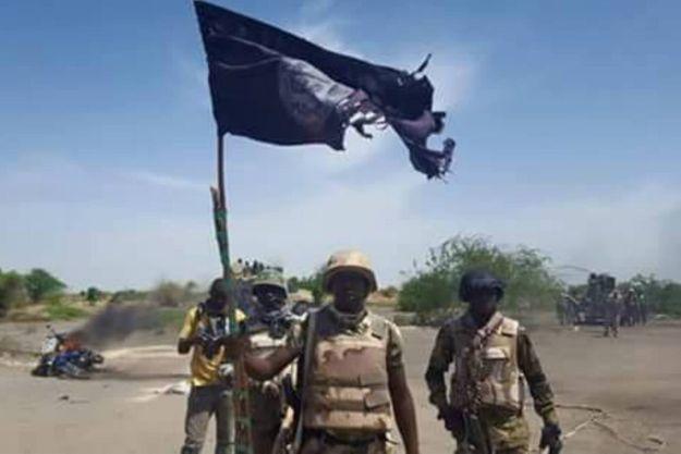 Samedi 4 juin 2016, des militaires nigériens exibent un drapeau de Boko Haram trouvé dans la ville de Bosso qui vient d'être reprise à l'ennemi