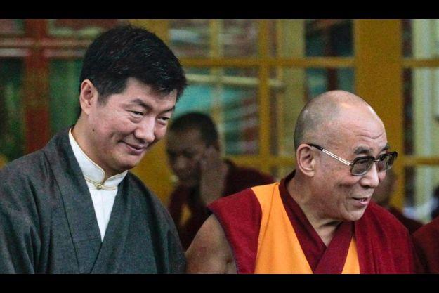 La passation du pouvoir politique entre le Dalaï Lama (à gauche) et Lopsang Sangay a eu lieu lundi matin.