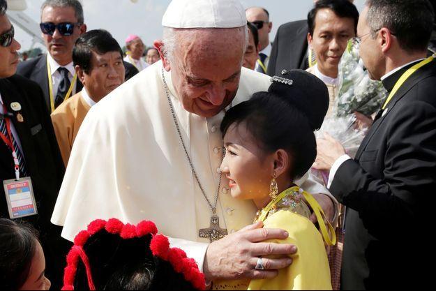 Le pape François lundi à l'aéroport de Rangoun.