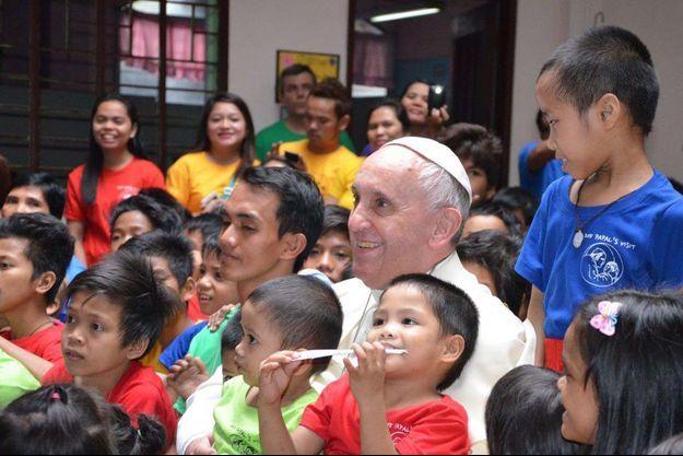 Le pape François parmi les enfants de la fondation Anak.