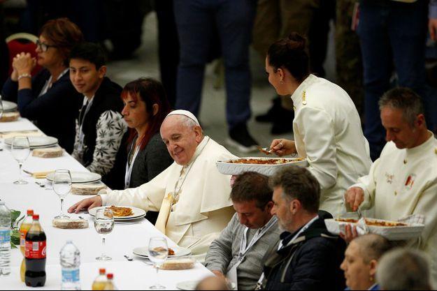 Le pape François a accueilli dimanche quelque 1.500 pauvres et sans-abri pour un déjeuner au Vatican.