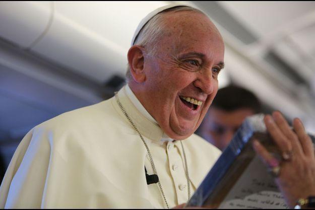 L'émotion du pape François après avoir reçu son cadeau des mains de notre journaliste Caroline Pigozzi.