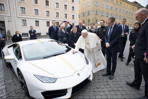 Le pape signe sa Lamborghini.