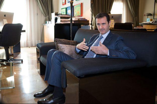Samedi 29 novembre, dans un des bureaux du président syrien, à Damas. Rien ne laisse présager la guerre civile qui se joue au dehors. Sauf des dessins, ceux d'orphelins de soldats réguliers tombés sous le coup d'attentats « terroristes », mêlés à ceux de ses propres enfants.