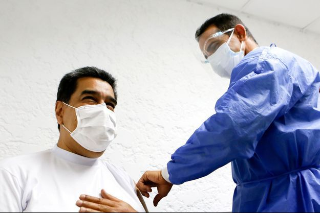 Nicolas Maduro recevant le vaccin, sur une image publiée par le palais présidentiel, le 6 mars 2021.