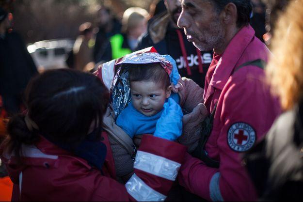 Des volontaires viennent en aide à des migrants, à Lesbos.