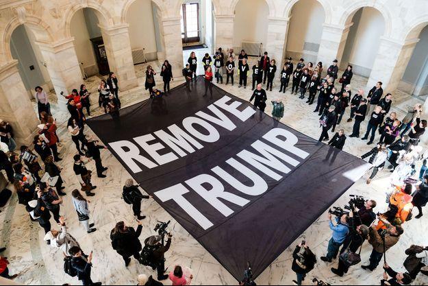 Des activistes ont déployé une banderole demandant le destitution de Donald Trump au sein même du Sénat, à Washington.
