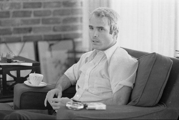 John McCain en avril 1973, un peu plus d'un mois après sa libération.