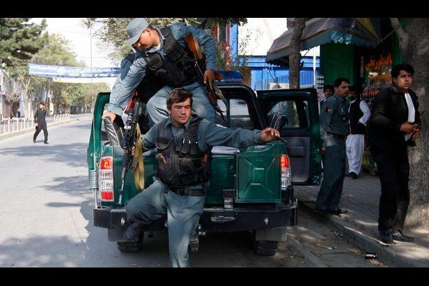 La police afghane arrive sur les lieux des tirs de roquettes.