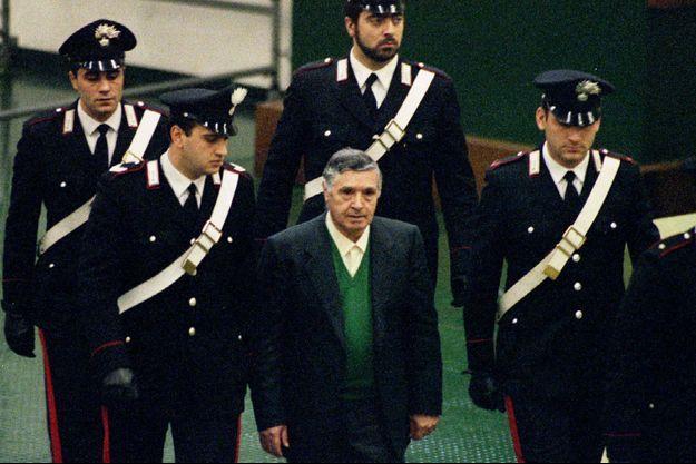 """Salvatore """"Toto"""" Riina, encadré de policiers, le 1er décembre 1993 à Palerme."""