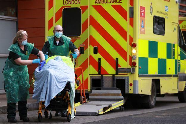 Des ambulanciers à Londres.