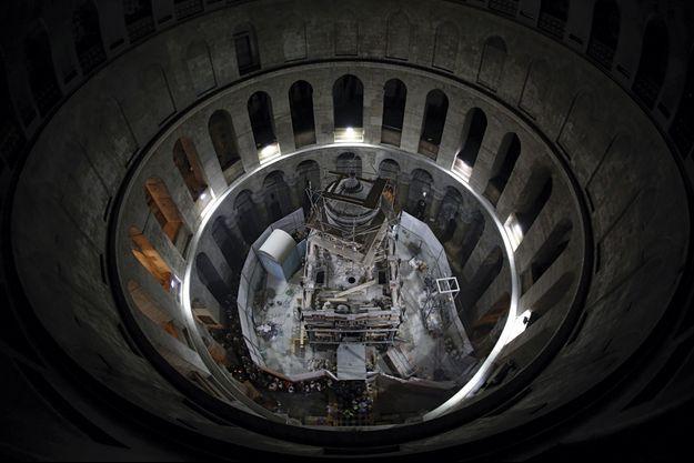 L'édicule, de 12 mètres de hauteur, qui abrite la sépulture. Les visiteurs restent admis, car les restaurateurs opèrent de nuit.