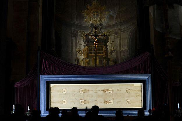 Le Saint Suaire est exposé à Turin depuis dimanche.