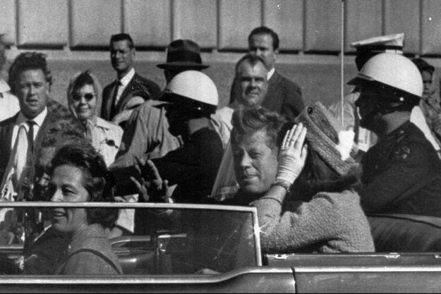 JFK et Jackie Kennedy à Dallas, le 22 novembre 1963, quelques instants avant la tragédie.
