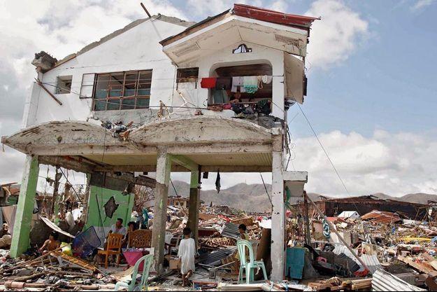 Dimanche 10 novembre, à Tacloban, deux jours après le passage de l'ouragan, une famille miraculée dans les ruines de sa maison. La ville a été entièrement ravagée.