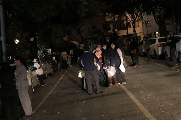 Des centaines de personnes sont sorties avec précipitation dans la rue après le déclenchement de l'alerte sismique.
