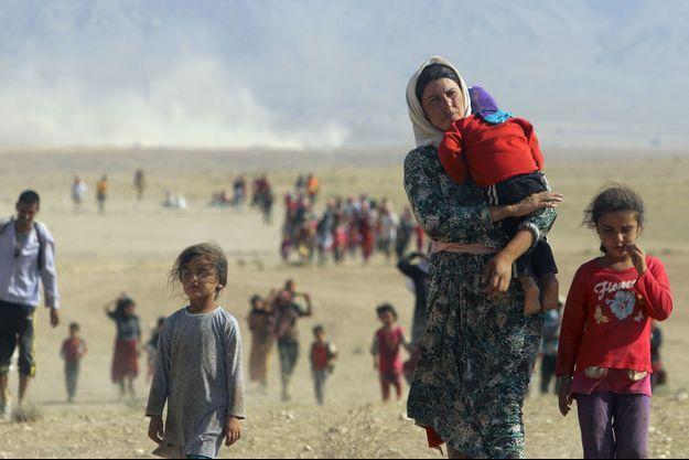 Un groupe de yézidis fuit la ville de Sinjâr devant la menace des hommes de l'Etat islamique, le 12 août dernier.