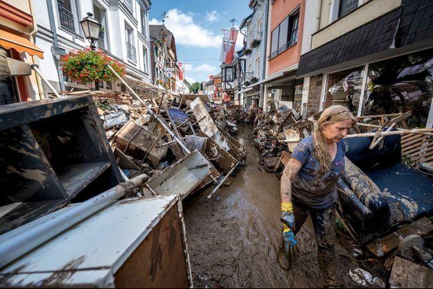 Début du nettoyage à Bad Neuenahr-Ahrweiler, où au moins 110 personnes sont mortes, le 18 juillet.