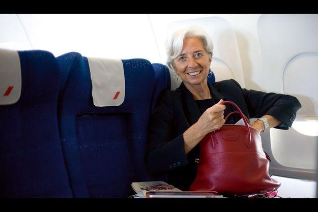Vendredi 10 juin, 7 heures du matin à Roissy. A bord d'un Airbus A321 en partance pour Lisbonne, elle cherche un stylo dans son sac Bolide d'Hermès. Au programme : la presse et quelques dossiers.
