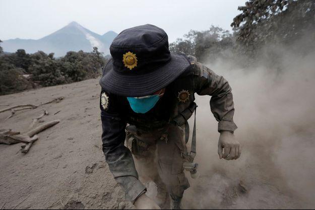 Un secouriste dans les cendres du volcan.