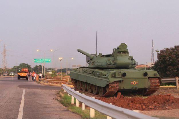 """Le Venezuela déploie chars et militaires face à la """"menace"""" américaine."""