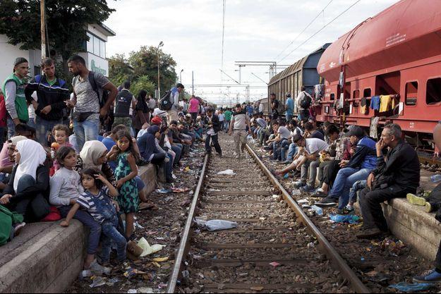 A la gare de Gevgelija, samedi 22 août. Des centaines de personnes guettent le train pour la frontière serbe.